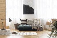 Japonská pohovka s dekoračnými vankúšmi vo svetlej boho obývačke