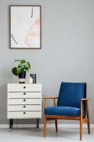 Modré retro kreslo a biela komoda so zásuvkami