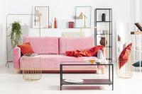 Ružová pohovka a kovový stolík vo svetlej obývačke