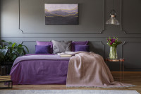 Veľká posteľ vo fialovo sivej glamour spálni