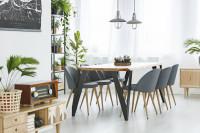 Veľký stôl a sivé stoličky vo svetlej jedálni