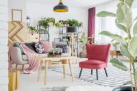Ružové kreslo v obývačke s prírodnými doplnkami