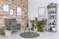 Sivé kreslo ušiak v obývačke s tehlovou stenou
