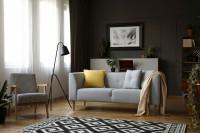 Kreslo s podrúčkami a pohovka v elegantnej retro obývačke