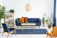 Modrá pohovka a kreslo s podrúčkami v retro obývačke