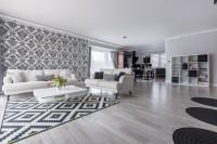 Pohovky a konferenčný stolík v čierno-bielej obývačke