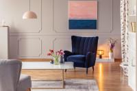 Modré kreslo vo svetlej klasickej obývačke