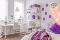 Biela študentská izba s fialovými dekoráciami