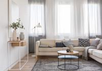Béžová rohová sedačka a okrúhly konferenčný stolík v modernej obývačke