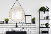 Okrúhle zrkadlo v čiernobielej kúpeľni