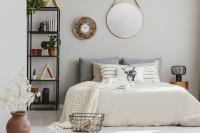 Manželská posteľ s dekoračnými vankúšmi a dekou