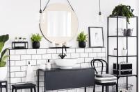 Čierny kovový nábytok a okrúhle zrkadlo v retro kúpeľni