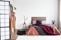 Drevená manželská posteľ s dekoračnými vankúšmi