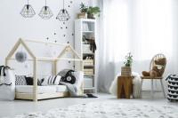 Posteľ s drevenou konštrukciou v bielej detskej izbe