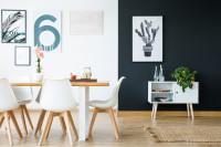 Dlhý stôl a biele stoličky v škandinávskej jedálni