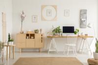 Písací stôl a nízka komoda v škandinávskej pracovni