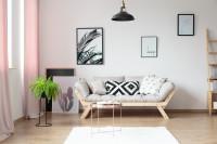 Pohovka a okrúhly stolík vo svetlej obývačke