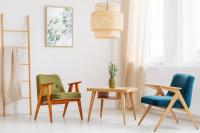 Modré a zelené retro kreslá vo svetlej obývačke