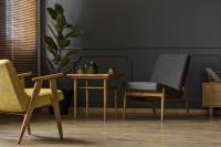 Retro kreslá a drevený stolík v sivej obývačke