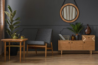 Retro nábytok v obývačke s tmavou stenou