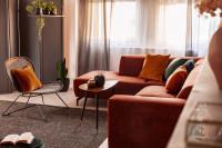 Rohová pohovka a stolík v jesenných farbách