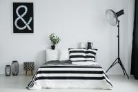 Manželská posteľ v čierno-bielej spálni
