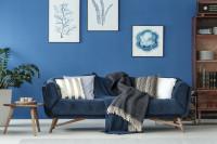 Čalúnená pohovka v obývačke v modrých tónoch