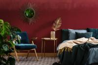 Spálňa s bordovou stenou v štýle glamour