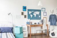 Drevený písací stôl a stolička v modro-bielej detskej izbe