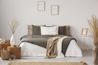 Pohodlná manželská posteľ s ľanovými obliečkami