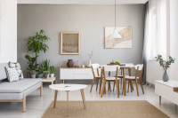 Jedálenský stôl a pohovka v škandinávskej obývačke