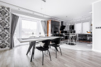 Moderný jedálenský stôl a stoličky v čierno-bielej jedálni