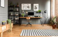 Pracovný stôl s drevenou doskou a stolička v industriálnom štýle