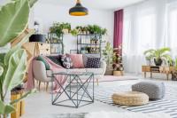 Svetlá pohovka a kovový stolík v boho obývačke