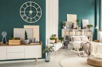 Biely nábytok v kontraste s modrou stenou v priestrannom apartmáne