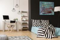 Pracovný kút a manželská posteľ v škandinávskej garzónke