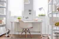 Jednoduchý písací stôl a stolička v bielej pracovni