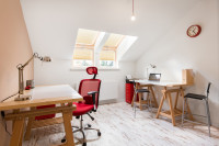 Drevené písacie stoly v podkrovnej pracovni