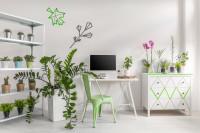 Biely stôl a zelená stolička v škandinávskej pracovni