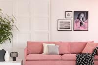 Ružová pohovka v elegantnej bielej obývačke