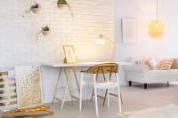 Písací stôl a stolička v bielej pracovni so zlatými doplnkami