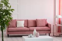 Elegantná pohovka v ružovo-bielej dámskej obývačke