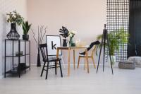 Jedálenský stôl a drevené stoličky v čiernobielej farebnosti