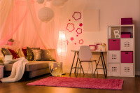 Písací stôl a stolička v ružovobielej študentskej izbe