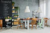 Jedáleň s veľkým stolom a čiernou stenou v industriálnom štýle