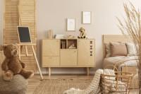 Nízka komoda a posteľ v detskej izbe v prírodných farbách