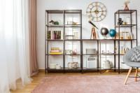 Kovové regály a nástenné hodiny v retro obývačke