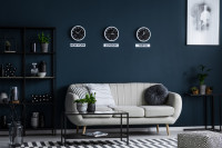 Štýlová svetlá retro pohovka v kontraste s tmavosivou stenou