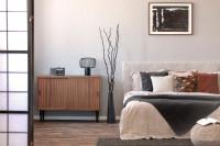 Čalúnená manželská posteľ a nízka retro pohovka