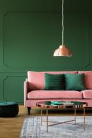 Ružová pohovka v zelenej glamour obývačke